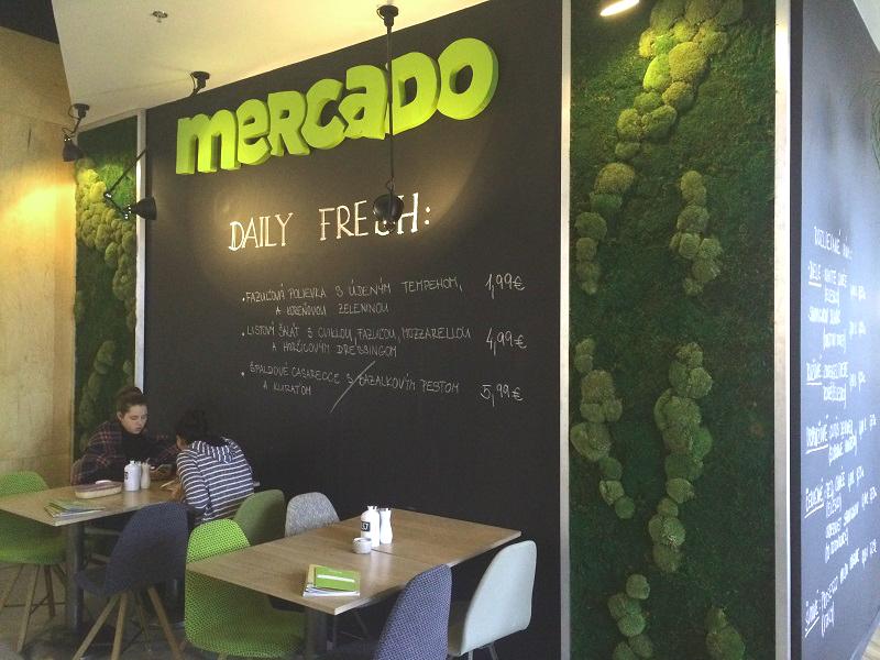 Machové steny v reštaurácii Mercado