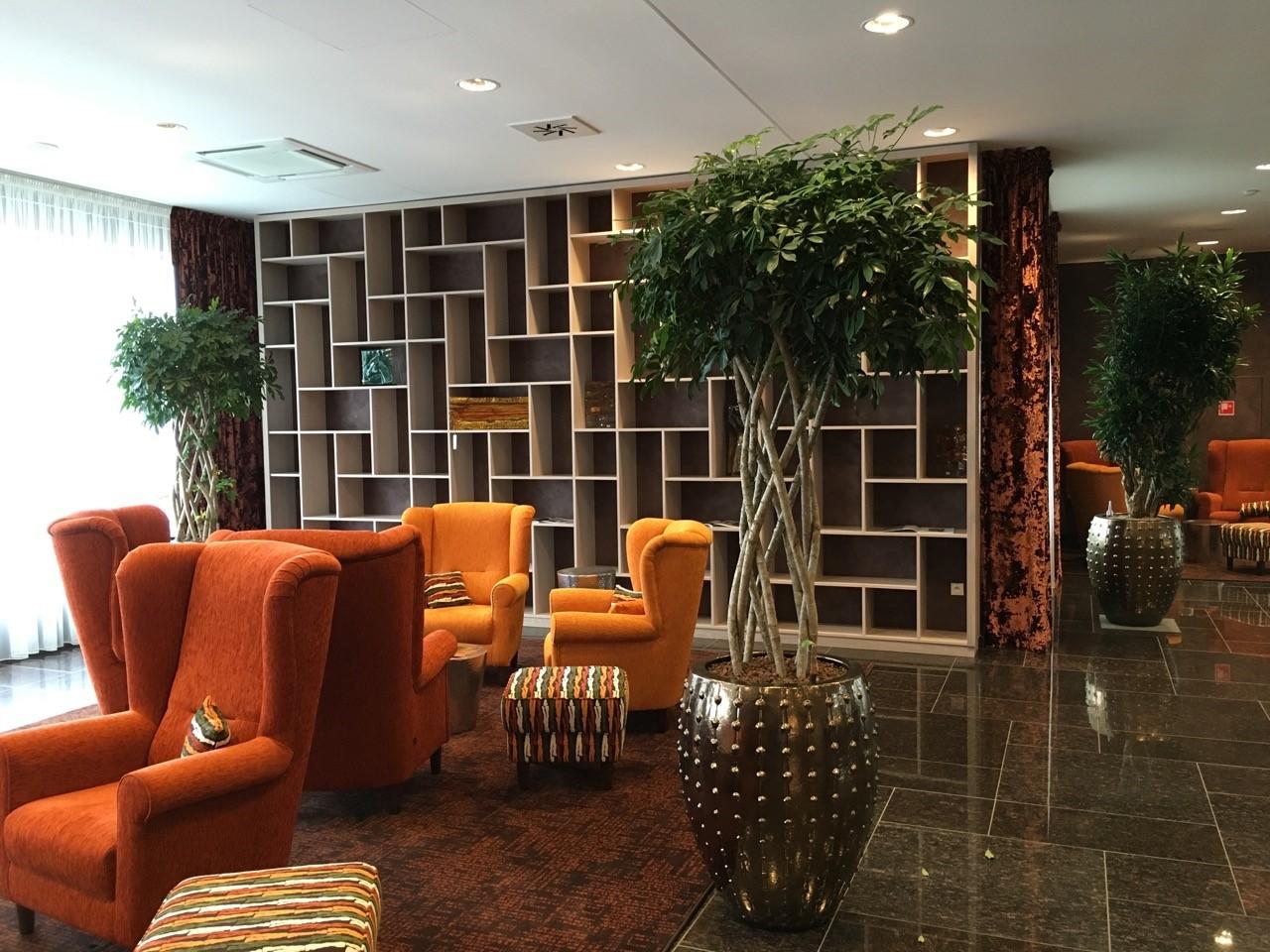 Exotické schefflery v zlatých nádobách LAOS pre lobby hotela